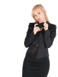 Giovane donna di affari nel nero con lo smartphone che posa sopra il fondo bianco Immagini Stock