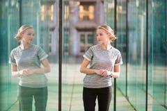 Giovane donna di affari nell'interno di vetro moderno Immagini Stock