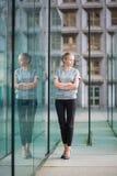 Giovane donna di affari nell'interno di vetro moderno Fotografia Stock