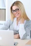 Giovane donna di affari o ragazza dello studente che si siede nel luogo di lavoro dell'ufficio con il computer portatile Concetto Fotografia Stock Libera da Diritti