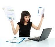Giovane donna di affari occupata con il computer portatile Immagine Stock