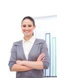 Giovane donna di affari sicura con le braccia piegate Immagini Stock Libere da Diritti