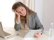 Giovane donna di affari sollecitata sul lavoro Immagini Stock