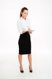 Giovane donna di affari sorridente amichevole con la lavagna per appunti e la penna Fotografie Stock Libere da Diritti