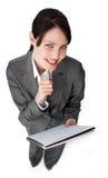 Giovane donna di affari sorridente che cattura le note Immagine Stock Libera da Diritti