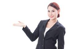 Giovane donna di affari sorridente che mostra area in bianco per il segno immagini stock libere da diritti