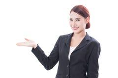 Giovane donna di affari sorridente che mostra area in bianco per il segno o il copyspase fotografie stock libere da diritti
