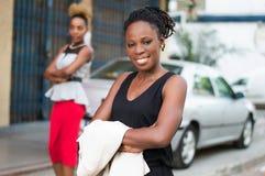 Giovane donna di affari sorridente che sta dietro un'automobile Immagine Stock Libera da Diritti