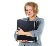 Giovane donna di affari sorridente con il dispositivo di piegatura Fotografia Stock Libera da Diritti