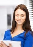 Giovane donna di affari sorridente con il taccuino Immagini Stock Libere da Diritti