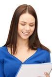 Giovane donna di affari sorridente con il taccuino Immagine Stock