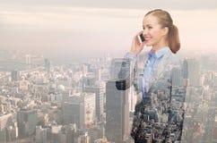 Giovane donna di affari sorridente sopra il fondo della città Immagini Stock Libere da Diritti