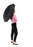 Giovane donna di affari sotto un ombrello immagine stock