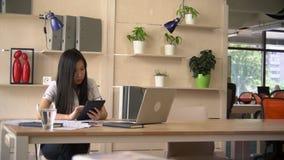 Giovane donna di affari sul lavoro stock footage