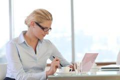 Giovane donna di affari sulla riunione Fotografia Stock