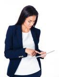 Giovane donna di affari sveglia che per mezzo del computer della compressa Fotografia Stock