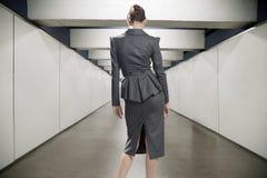 Giovane donna di affari in un corridoio Fotografia Stock Libera da Diritti