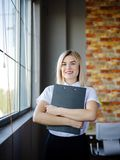 Giovane donna di affari in una blusa bianca con una cartella del primo piano Immagini Stock Libere da Diritti