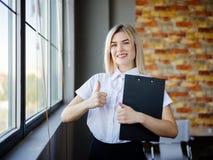 Giovane donna di affari in una blusa bianca con una cartella del primo piano Immagine Stock Libera da Diritti