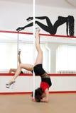 Giovane donna di ballo del palo Fotografia Stock