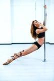 Giovane donna di ballo del palo Immagine Stock