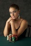 Giovane donna di Beautful con i chip di mazza Fotografie Stock Libere da Diritti