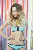 Giovane donna di bellezza in bikini fotografie stock libere da diritti