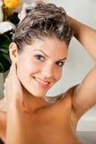 Giovane donna di bellezza che lava i suoi capelli Fotografia Stock Libera da Diritti