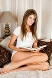 Giovane donna di bellezza che legge un libro Fotografia Stock Libera da Diritti