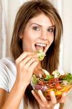Giovane donna di bellezza che mangia insalata Fotografia Stock Libera da Diritti