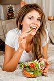 Giovane donna di bellezza che mangia insalata Fotografia Stock