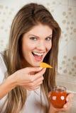 Giovane donna di bellezza che mangia le patatine fritte e salsa Fotografia Stock Libera da Diritti