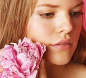 Giovane donna di bellezza con del fiore della peonia di rosa del primo piano di trucco lo sguardo delicato dell'offerta delicatam Fotografia Stock