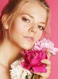 Giovane donna di bellezza con del fiore della peonia di rosa del primo piano di trucco lo sguardo delicato dell'offerta delicatam Immagini Stock Libere da Diritti
