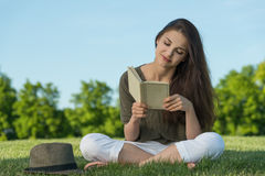 Giovane donna di bellezza con il libro in parco Fotografie Stock