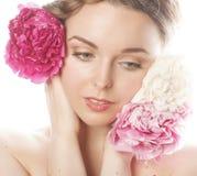Giovane donna di bellezza con il primo piano di rosa della peonia del fiore Fotografie Stock Libere da Diritti