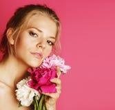 Giovane donna di bellezza con il te molle di trucco del primo piano di rosa della peonia del fiore fotografia stock libera da diritti