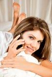 Giovane donna di bellezza con il telefono mobile Fotografie Stock Libere da Diritti