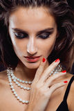 Giovane donna di bellezza con la fine dei gioielli su Fotografia Stock