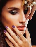 Giovane donna di bellezza con la fine dei gioielli su Fotografie Stock Libere da Diritti