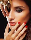 Giovane donna di bellezza con la fine dei gioielli su Immagine Stock
