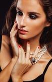 Giovane donna di bellezza con la fine dei gioielli su, ritratto di lusso della ragazza reale ricca, trucco del partito Immagini Stock Libere da Diritti