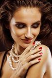 Giovane donna di bellezza con la fine dei gioielli su, ritratto di lusso della ragazza reale ricca, trucco del partito Immagine Stock
