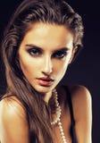 Giovane donna di bellezza con la fine dei gioielli su, ritratto di lusso della ragazza reale ricca, trucco del partito Fotografia Stock Libera da Diritti