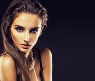 Giovane donna di bellezza con la fine dei gioielli su, ritratto di lusso della ragazza reale ricca, trucco del partito Fotografie Stock