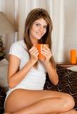 Giovane donna di bellezza con una tazza Fotografie Stock