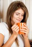 Giovane donna di bellezza con una tazza Fotografia Stock Libera da Diritti