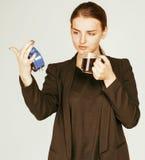 Giovane donna di bellezza in costume di stile di affari che sveglia per il primo mattino del lavoro su fondo bianco con l'orologi Fotografie Stock Libere da Diritti