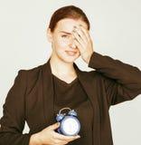Giovane donna di bellezza in costume di stile di affari che sveglia per il primo mattino del lavoro su fondo bianco con l'orologi Immagini Stock Libere da Diritti