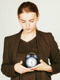 Giovane donna di bellezza in costume di stile di affari che sveglia per il primo mattino del lavoro su fondo bianco con l'orologi Fotografia Stock Libera da Diritti